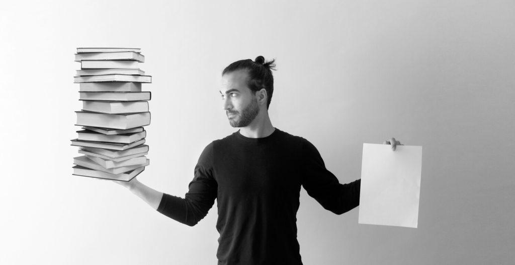 sosteniendo libros y folio