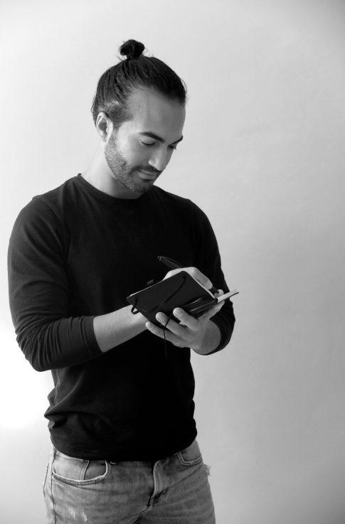 escribiendo en un libro